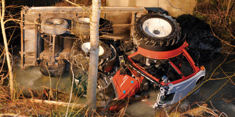 Lenker tot - Traktor kippte beim Mähen um
