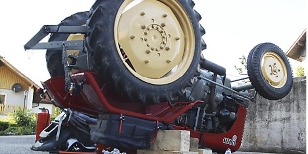 Traktor kippte um - Drei Kinder verletzt