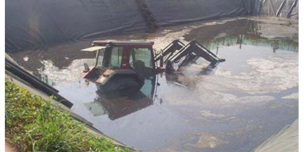 Traktor in Jauchegrube versenkt