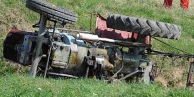 Traktor von Kleinflugzeug gerammt