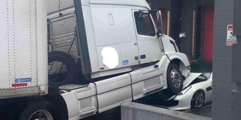 Wütender Trucker macht Ferrari seines Chefs platt