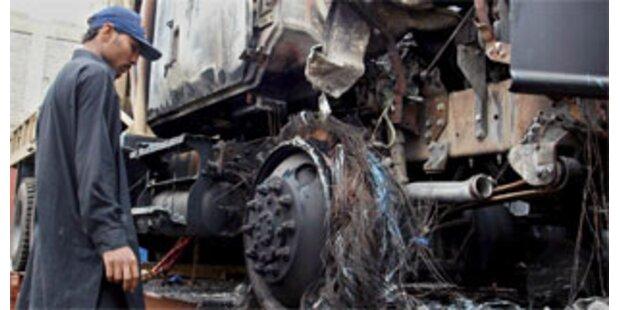 Aufständische zünden wieder 50 NATO-Lkw an