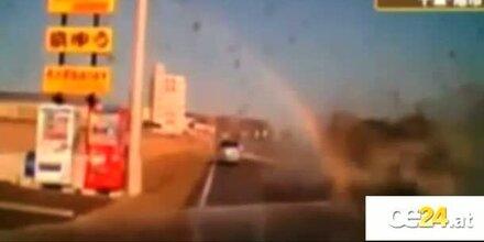 Horror! Autofahrer fährt in Tsunami
