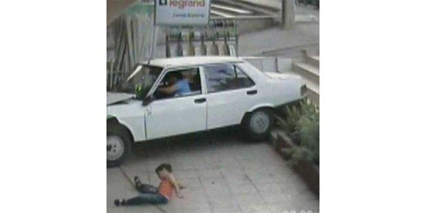 Bub wird von Auto überfahren-unverletzt