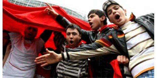 1000 Türken demonstrieren in St. Pölten