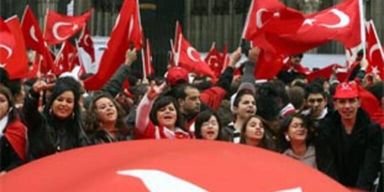 Türken demonstrieren in Deutschland gegen PKK