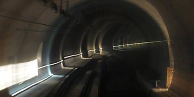 Reinigungsarbeiten im Klamm- und Schönbergtunnel