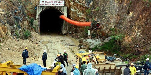 Tunnel-Einsturz begräbt 12 Arbeiter