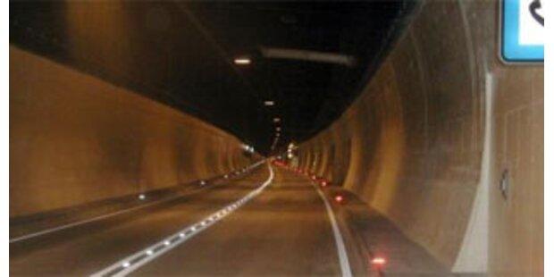 Afghane zu Fuß im Katschbergtunnel