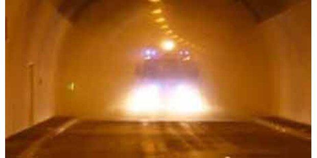 Alkolenker fuhr mit Auto in Bahn-Tunnel