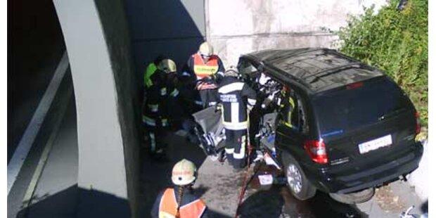 Pkw gegen Tunnelportal - Lenker tot