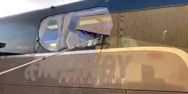 Real Bus mit zerschlagener Fensterscheibe