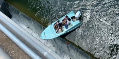 Dramatische Szenen: Boot mit vier Insassen hängt über Damm