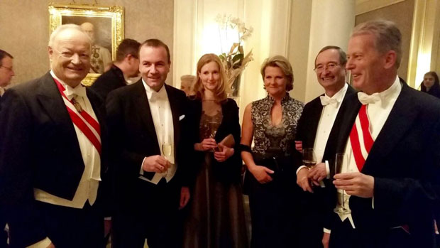 Reinhold Mitterlehner stimmt sich auf den Opernball ein