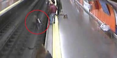 Ohnmächtige Frau stürzt auf U-Bahn-Gleise