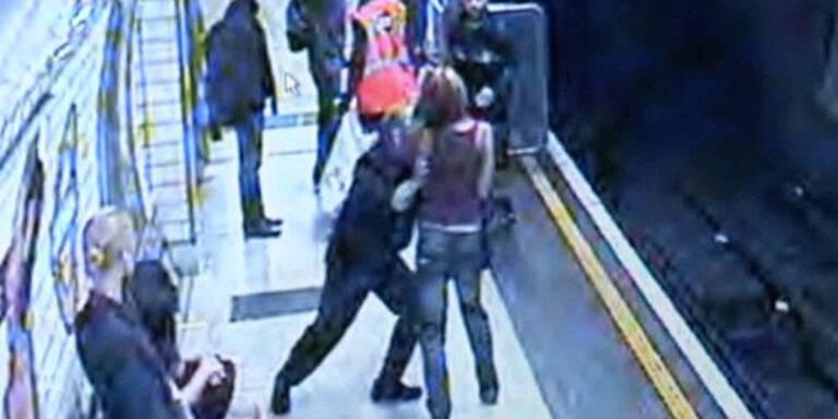 Irrer stößt Frau auf U-Bahn-Gleise