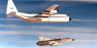 Eine US-Transportmaschine wird am 21.Jaenner 2003 von einem Draken eskortiert. Erst 2005 wurde bekannt, dass es sich dabei um einen Geheimflug des CIA handelte.(c) APA/Bundesheer