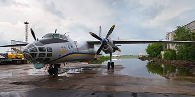 Militärflugzeug von Gewehrfeuer getroffen