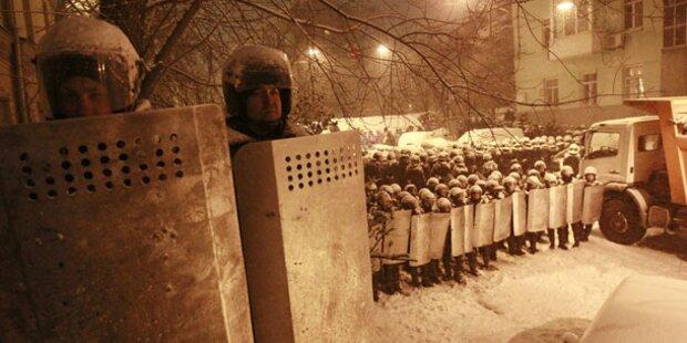 Maskierte stürmen Zentrale von Timoschenko-Partei