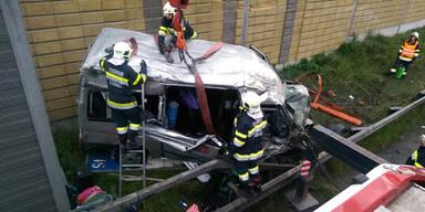 Sechs Verletzte nach Fahrzeugüberschlag
