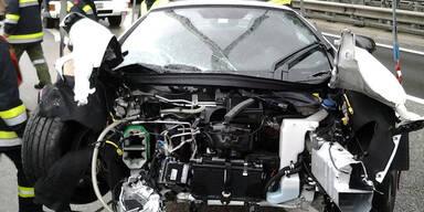 Luxus-Sportwagen kracht gegen Leitschiene