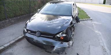 Pkw crasht in Fußgängerin mit Kinderwagen