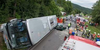 Autobus stürzte bei Unfall auf Pkw