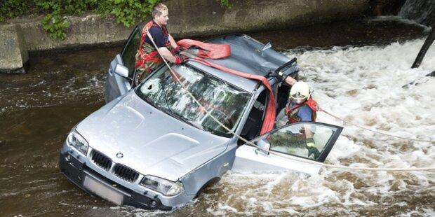 PKW stürzte nach Unfall in Bach