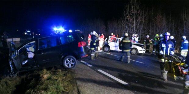 LKW kippt auf PKW: Eine Tote, 5 Verletzte