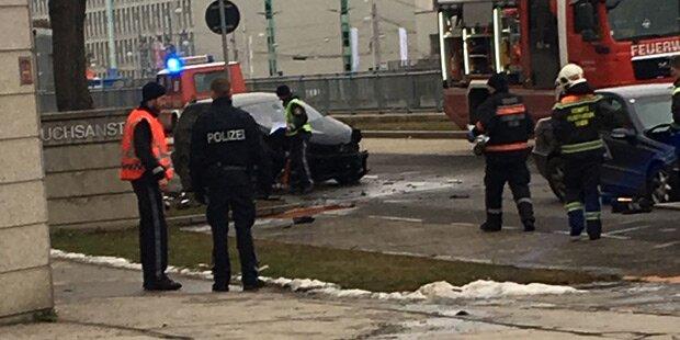 Horror-Unfall: Mercedes rast gegen Baum