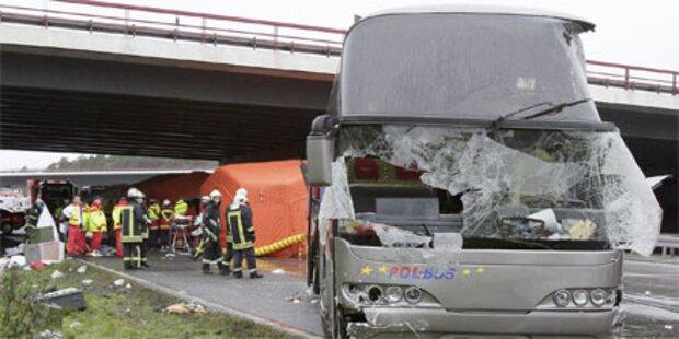 13 Tote und zig Verletzte bei Busunfall
