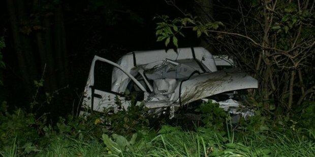 PKW kollidiert mit Bus - 17-Jährige stirbt