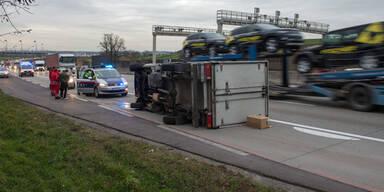 Kleinlaster auf der A1 umgestürzt