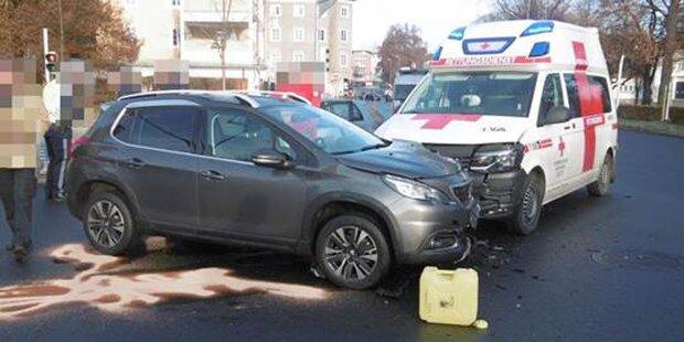 Pkw crasht in Rettungswagen im Einsatz