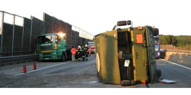 Sattelzug auf A1 umgekippt