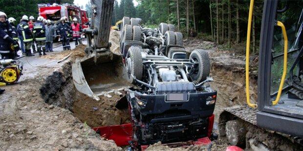 Fahrer von Lastwagen erdrückt