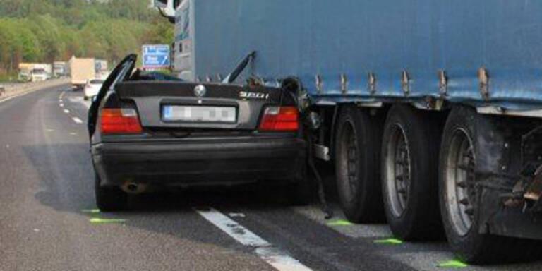 PKW gerät unter LKW: Beifahrer stirbt