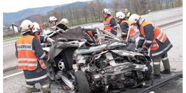 Auto kracht in Laster: Zwei Frauen tot
