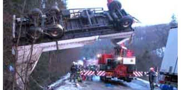 Gefahrenguttransporter in OÖ umgestürzt