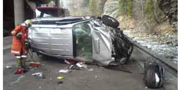 Auto stürzte 15 Meter auf Straße
