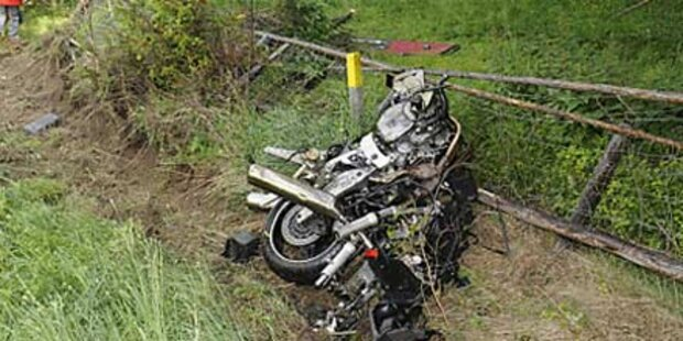 Motorrad prallte frontal  gegen Reisebus