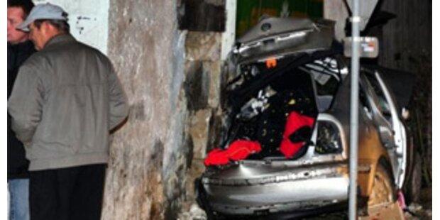 Auto krachte gegen Hausmauer - drei Tote