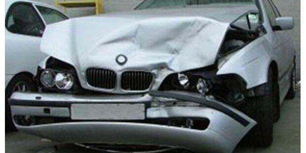 Schweren Unfall mit Papas Auto gebaut