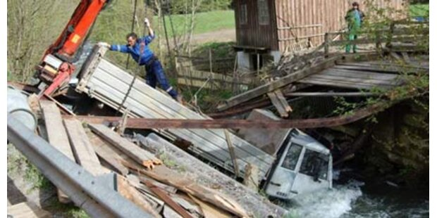 Lastwagen sprengte Brücke