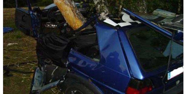 Auto kracht gegen Baum - zwei Tote