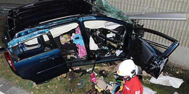 Auto fing Feuer nach Unfall auf der A2