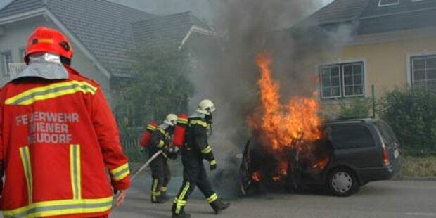 Auto geht plötzlich in Flammen auf