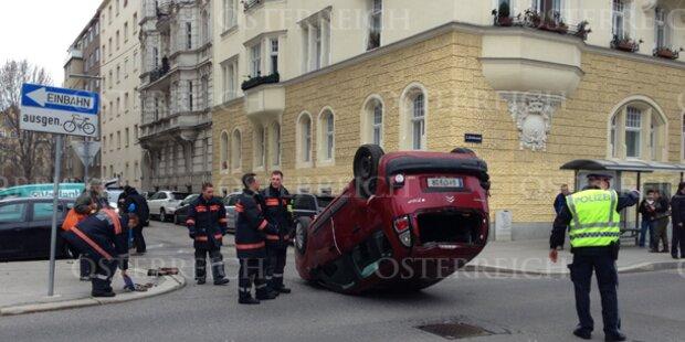 Auto landet bei Crash auf dem Dach