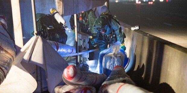 A1 gesperrt: Lkw mit explosiven Giftfässern verunfallt