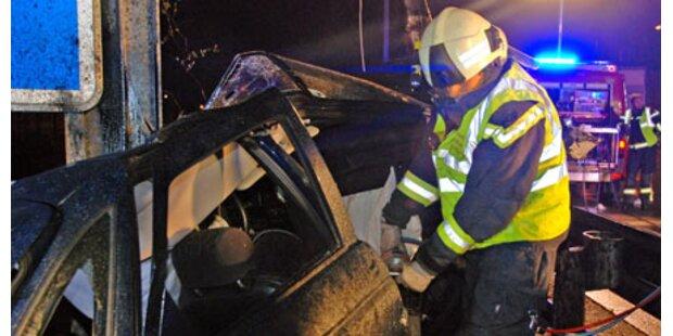 Pkw-Lenker stirbt bei Crash auf der A2
